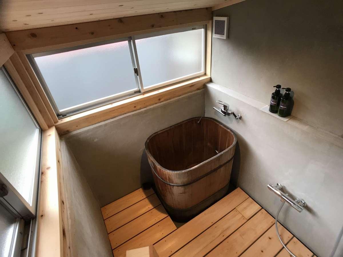 千代菊の木桶風呂。シャンプー、ボディーソープがあります。