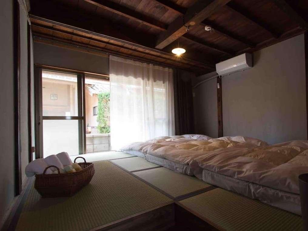 三キ松の一階、寝室。窓を開けると気持ちいいですが、狭い路地のため道から見えます。人通りは少なめ。