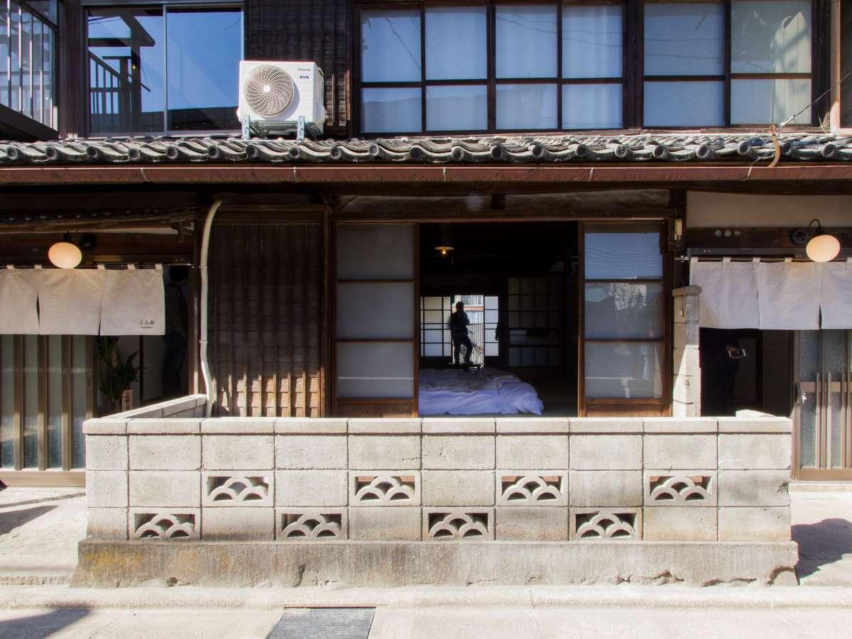蔟屋は長屋の古民家をリノベーションした建物です。2棟が隣り合っています。