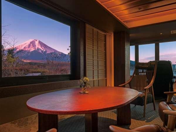 富士山と向かい会うひと時、くつろぎの然然専用ラウンジ