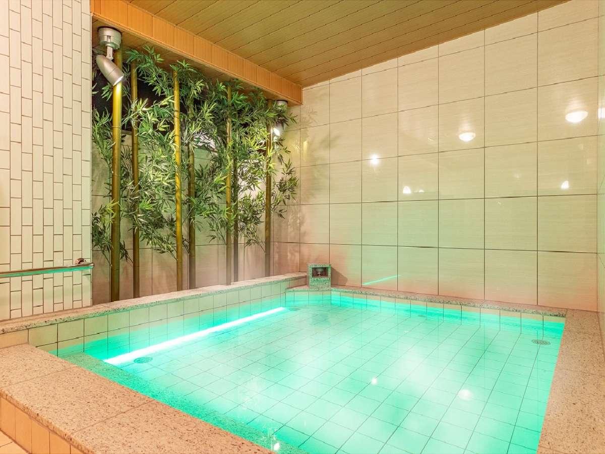 女性浴場☆湯船越しの竹林がエステティックな空間を作り出しています。