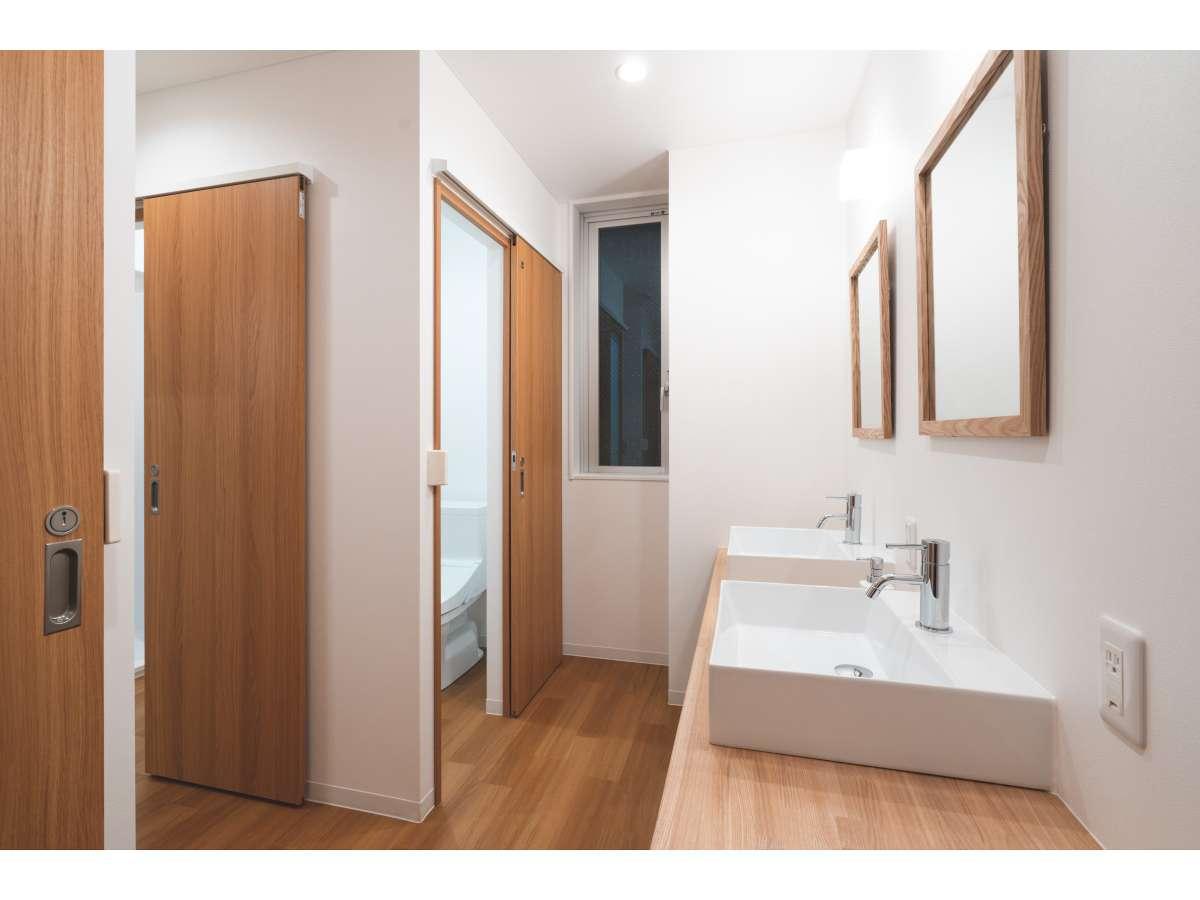 各ドミトリーに洗面所、トイレ、シャワーが各2つあります