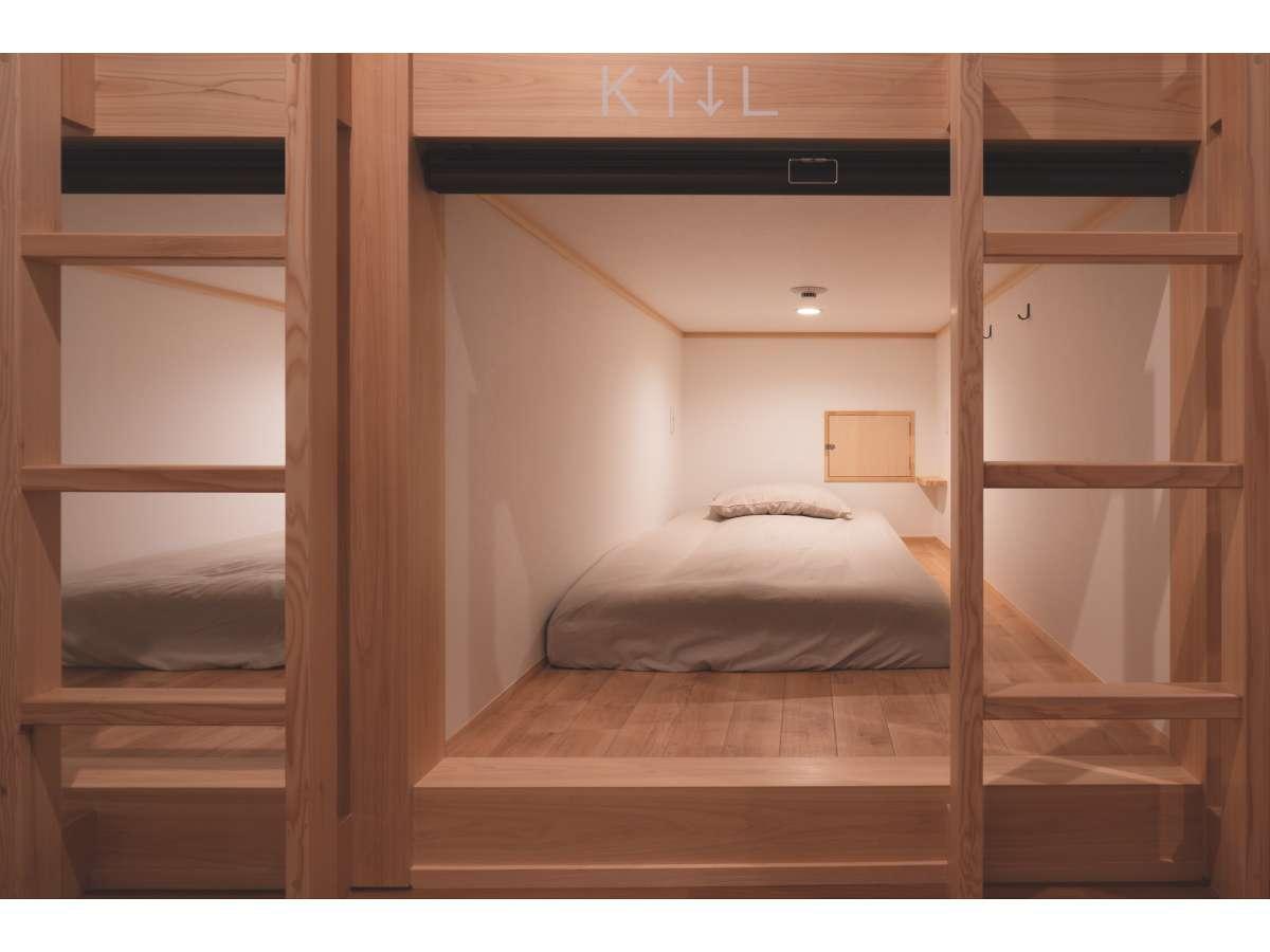 ドミトリーは木製のカプセルタイプです。ベッド内の照明は明るさ調整可能