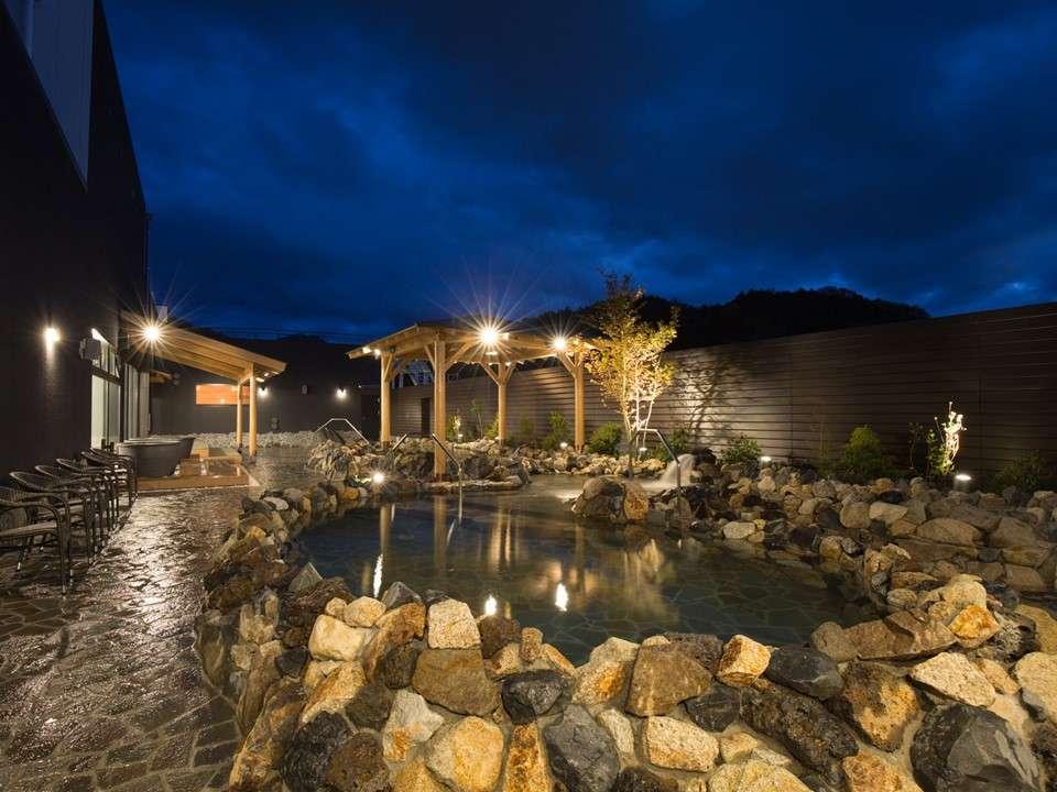 天然温泉露天風呂(夜)(源泉かけ流し岩風呂、壷風呂、寝湯、畳の寝転び処、デッキチェア)