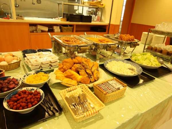 朝食は和食、洋バイキング形式豊富な品ぞろえでお待ちしております。