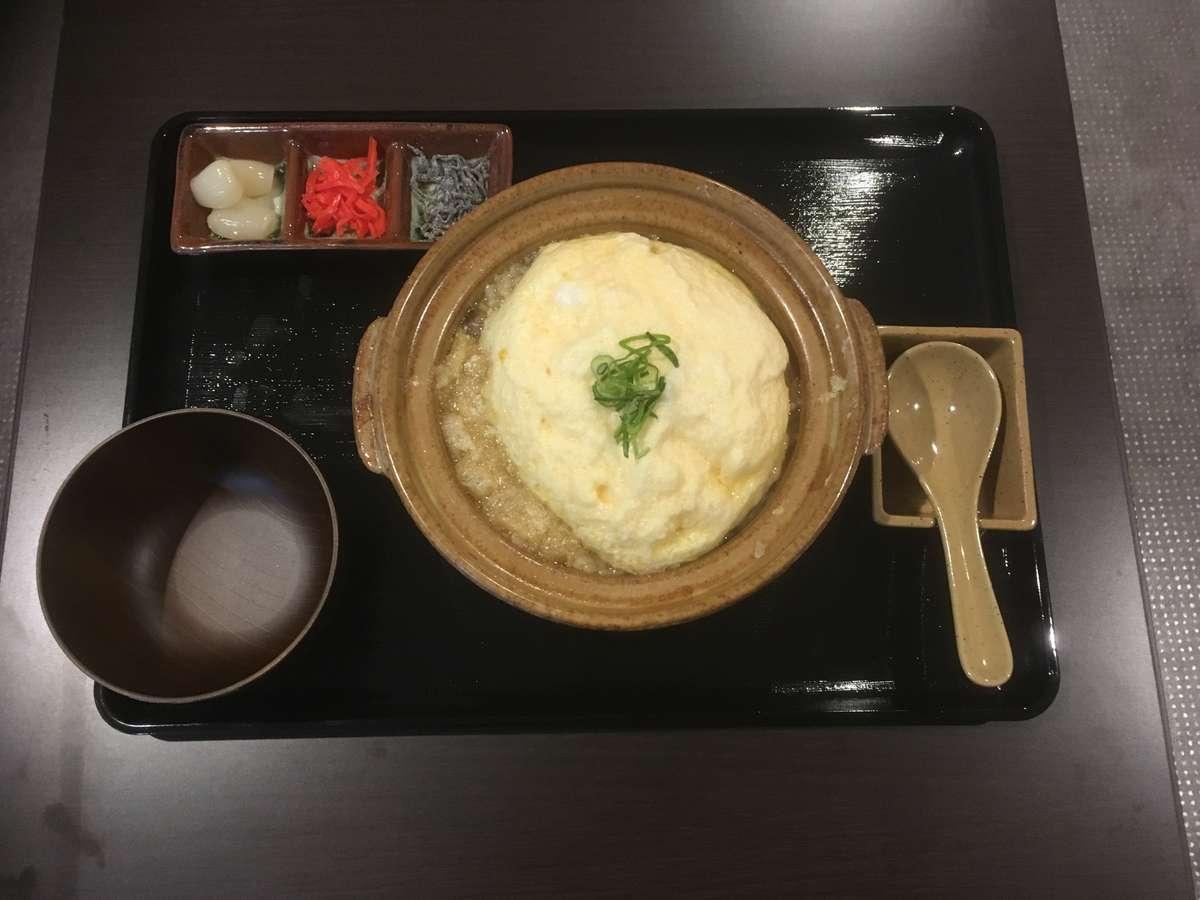 松山鶏の鶏がらで採った白湯スープを使用ふわふわ玉子がのった松山あげ入りのコラーゲンたっぷりの雑炊です