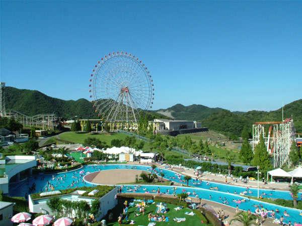 姫路セントラルパークの遊園地と夏限定のリゾートプール。