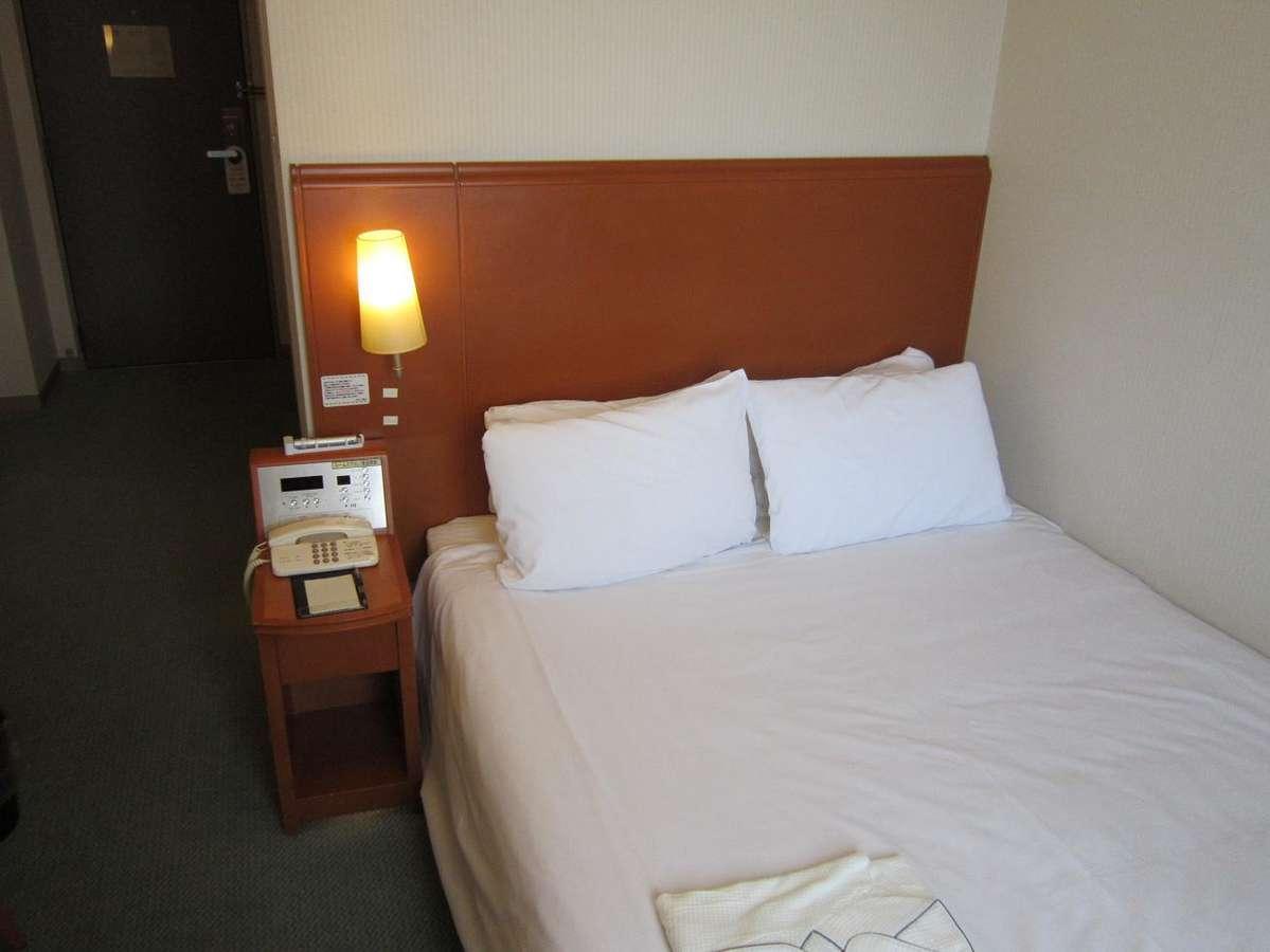 ダブルルーム、広めのベッドでごゆっくりお休みいただけます