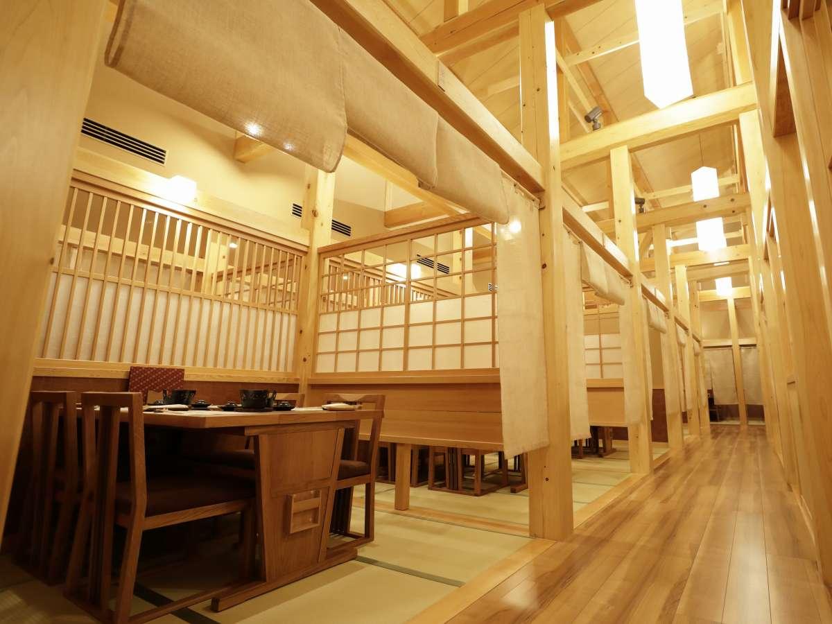 【食事処】木の暖かさに包まれたお席は半個室・カウンターのお席をご準備。