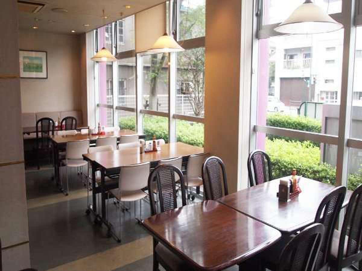 【レストラン】平和通の眺めを楽しみながら、朝食をお楽しみ下さい。