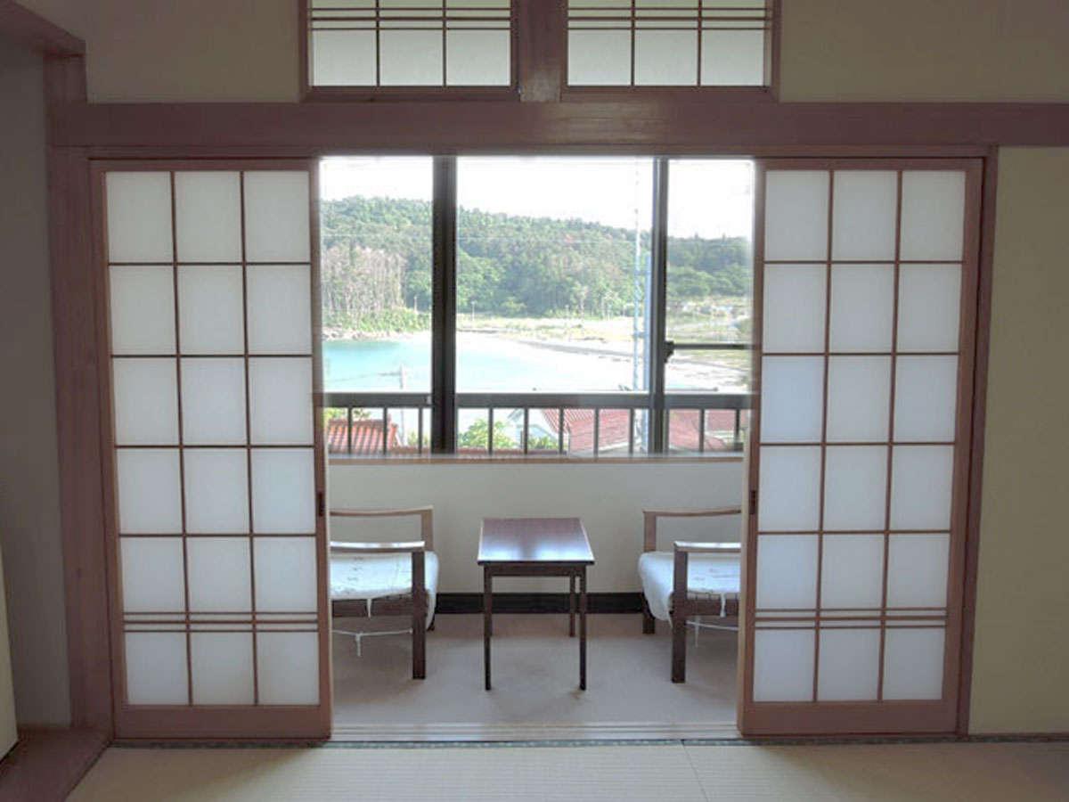 *客室/高台にあるお部屋からは小田の浜ビーチが見えます。