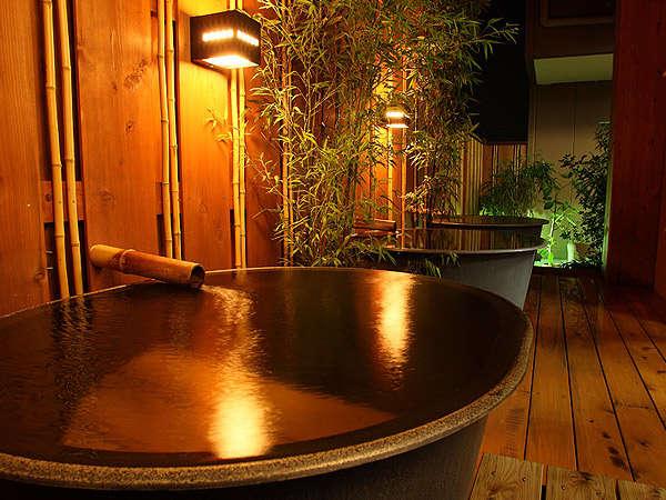 ◆本館露天風呂◆夜の様子。身体も心も落ち着きます♪