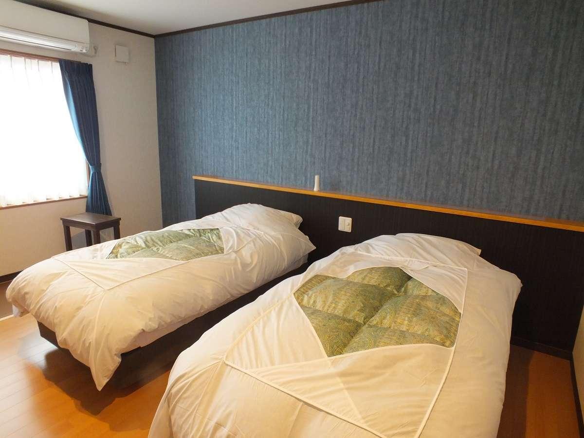洋室:ベッドの上の壁紙はお部屋によってお色が違います。