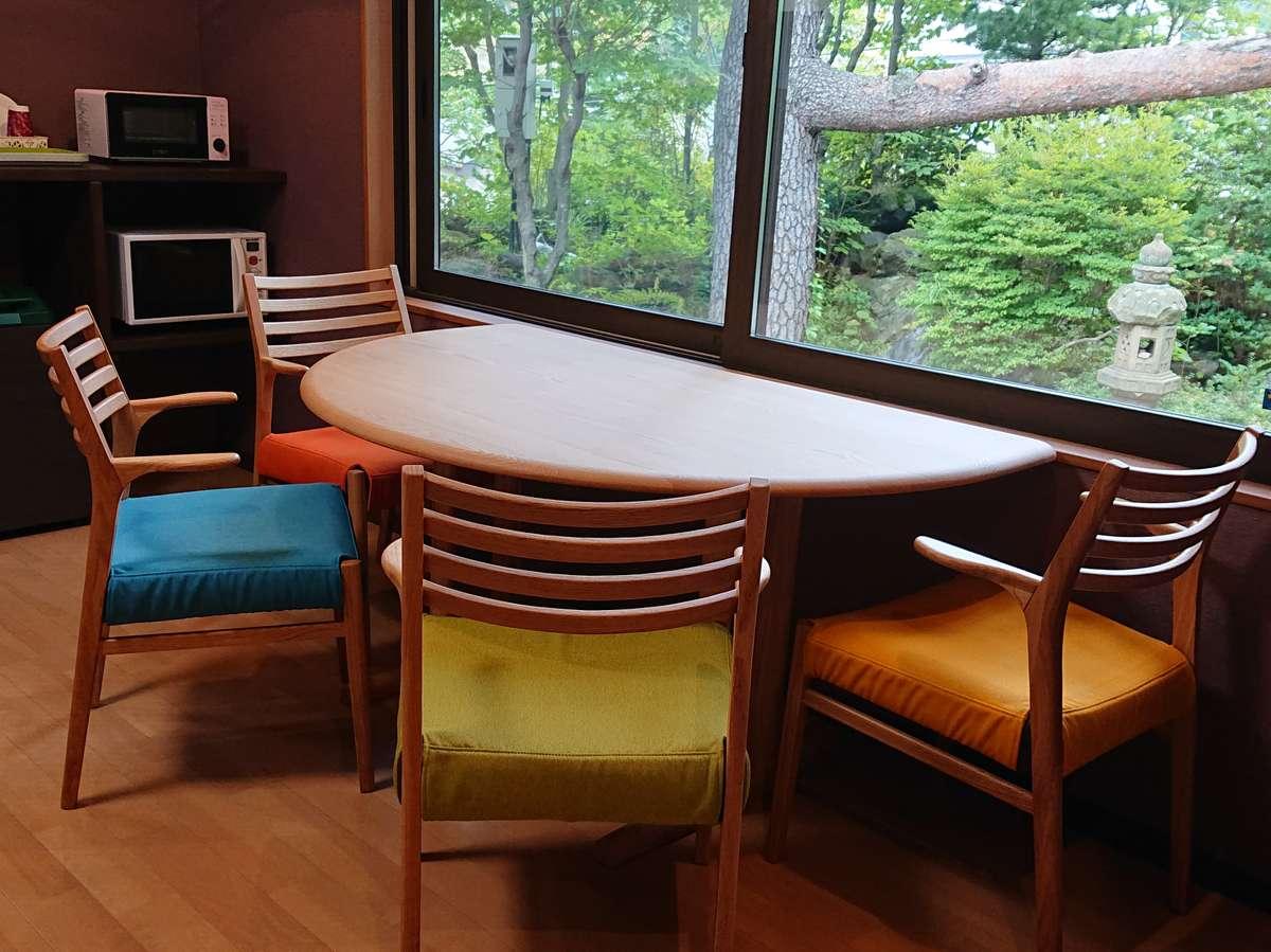 談話室:外の景色を楽しんでいただけるよう、窓際の席は半円テーブルになっています♪