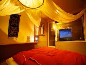 【和洋室(織姫・真珠星・小七曜)】ロマンチックな天がい付きの寝室から露天風呂へ