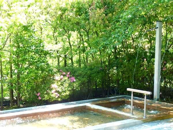 樹木が爽やかな男性露天風呂