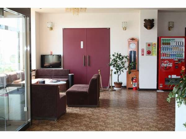 1階ロビーの写真です。テレビ・新聞・自動販売機がございます。