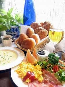 朝食は小鳥のさえずりをBGMにカフェ風プレートを。(一例)