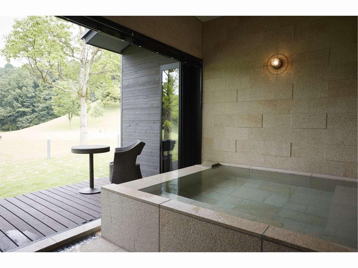 アルブル棟の広々と解放感ある源泉かけ流し風呂