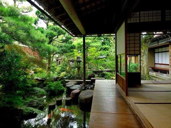 【長町武家屋敷跡】加賀藩士の屋敷が建ち並ぶエリア。「野村家」は日本庭園の美しさでも有名です