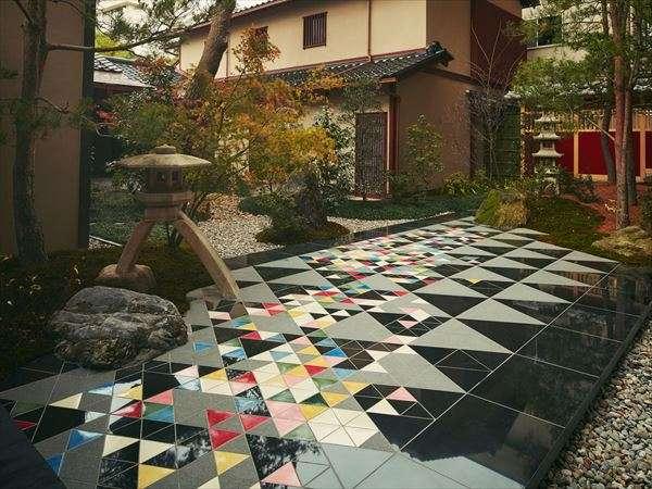 【中庭】加賀友禅の友禅流しをモチーフにした中庭には九谷焼のタイルが敷き詰められています