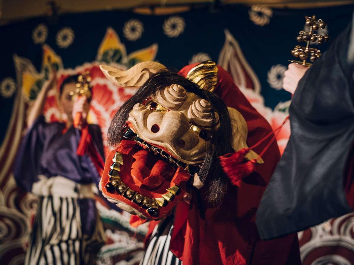 【加賀獅子舞】迫力の獅子頭は大きな両眼が鋭く左右に広がった「八方睨(はっぽうにらみ)」と呼ばれる風貌