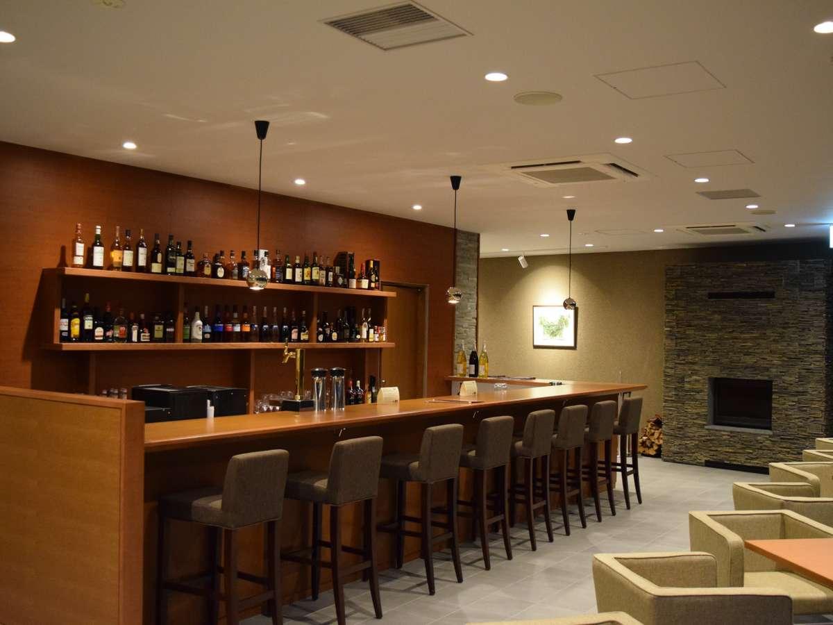 【バーラウンジ】夜は趣を変えて多種多様なお酒をご提供いたします。