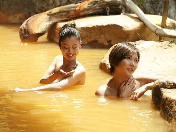 温泉に含まれる鉄分が空気と触れると黄金色に。