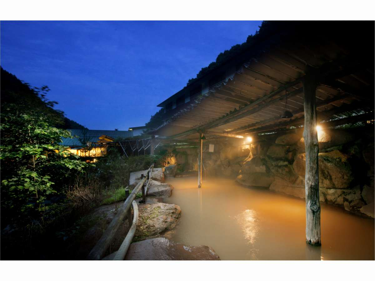 夜の巨石大露天風呂。含鉄泉のため、空気に触れた源泉は黄金色=茶褐色に変わります