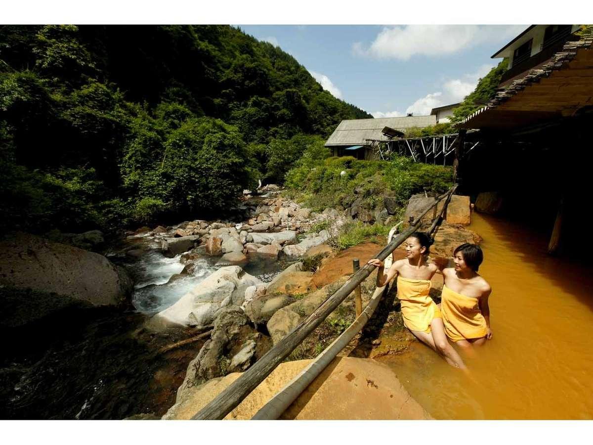 渓流に面した巨石大露天風呂はせせらぎの音が聞こえます。