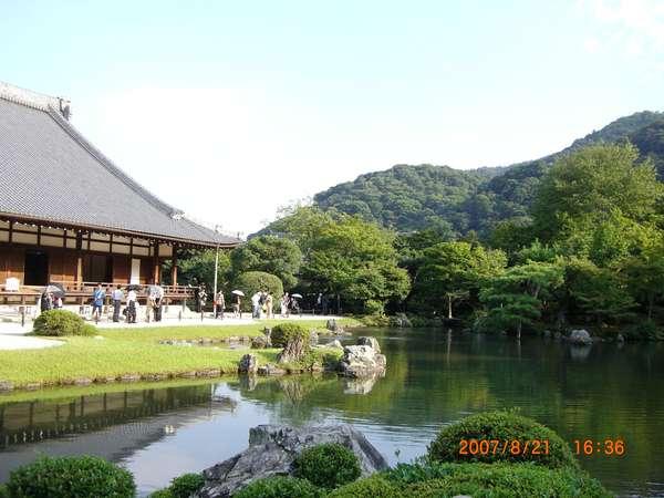 ☆世界遺産・天龍寺の曹源池。嵐山と亀山を借景にした池泉回遊式庭園です。
