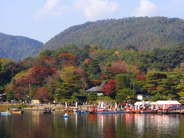 ☆毎年、11月第2日曜日に行われる嵐山もみじ祭。大堰川一帯で行われる船遊び絵巻はとっても華やか。