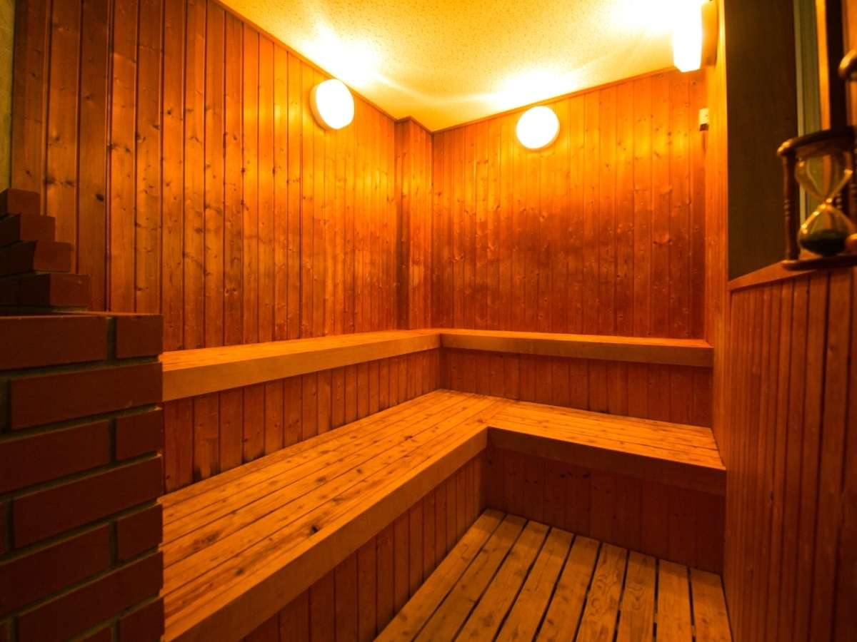 【サウナ】大浴場にはドライサウナを完備。木の香りに包まれ、じっくりと汗を流す自分と向き合うひととき。