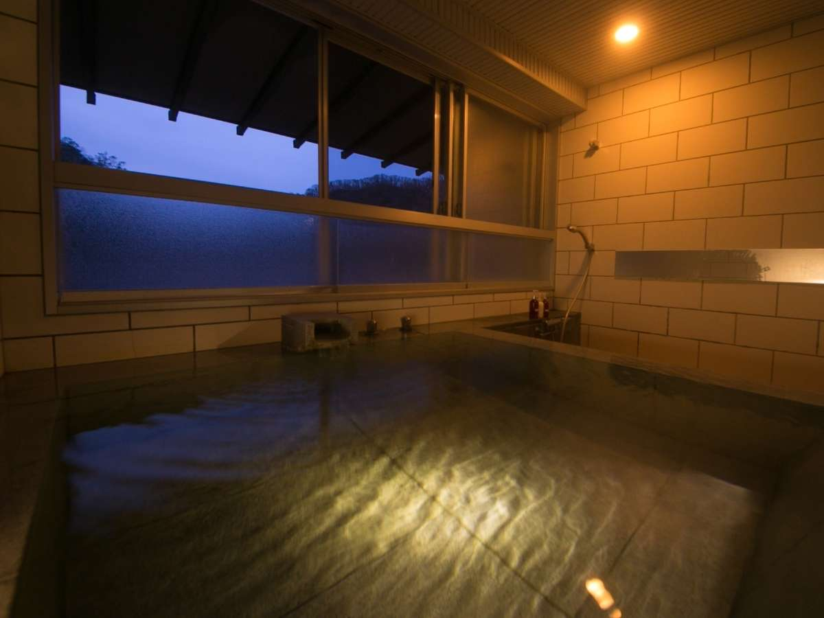 【客室展望風呂】広々とした展望風呂に浸かり、外の景色を眺めながら登別の名湯を独占。