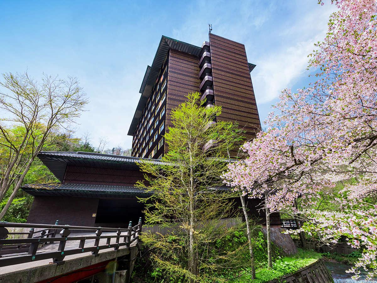 【外観】春は桜、夏は新緑、秋は紅葉、冬は雪。四季で異なる表情を見せる登別の自然をお愉しみください。