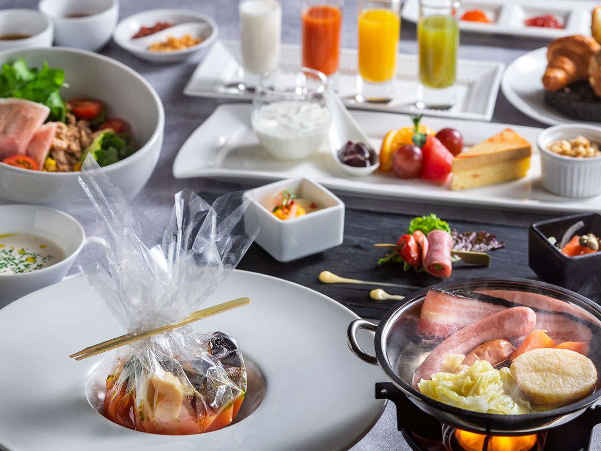 【朝食・洋食(春)】焼き立ての香り豊かなパンと、彩り鮮やかなサラダ、卵料理が愉しめる洋朝食です。