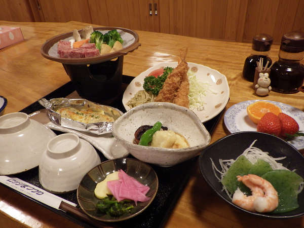 *【夕食全体例】季節に応じて、地元産の旬の野菜・山菜等を使ったお料理もご用意しております。