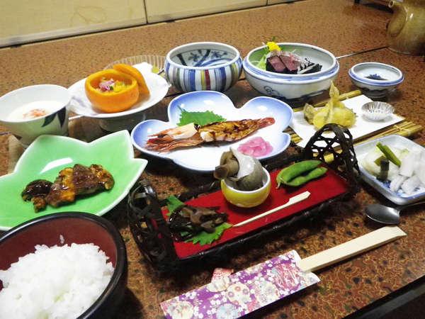*【夕食全体例】お料理は共に近い「妙高山の幸」と「日本海の幸」を1度に味わえます。