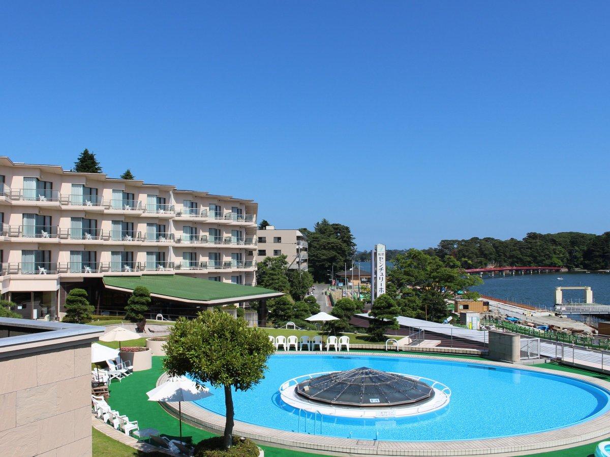 ホテル外観とガーデンプール