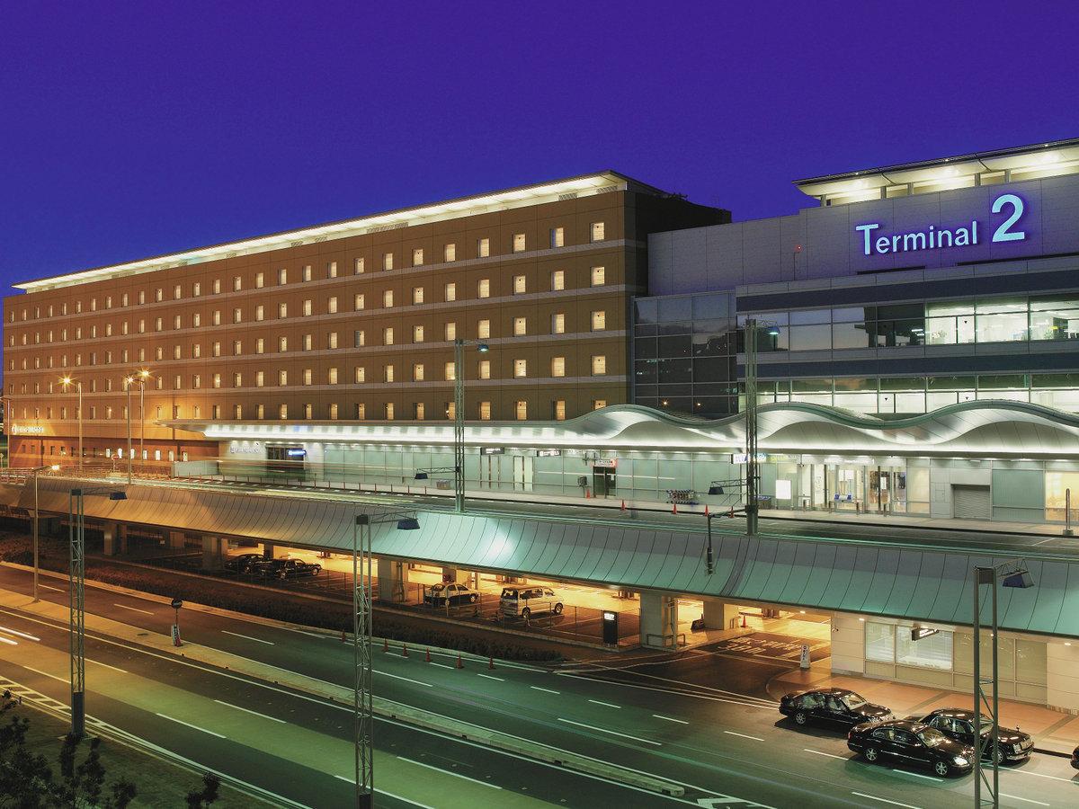 幻想的な夜のイルミネーションに浮かぶホテル建物