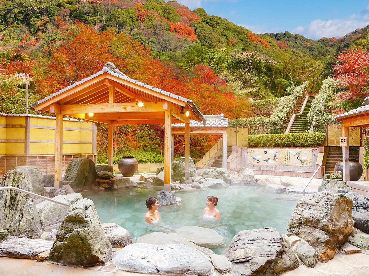 美しい紅葉に囲まれた露天風呂