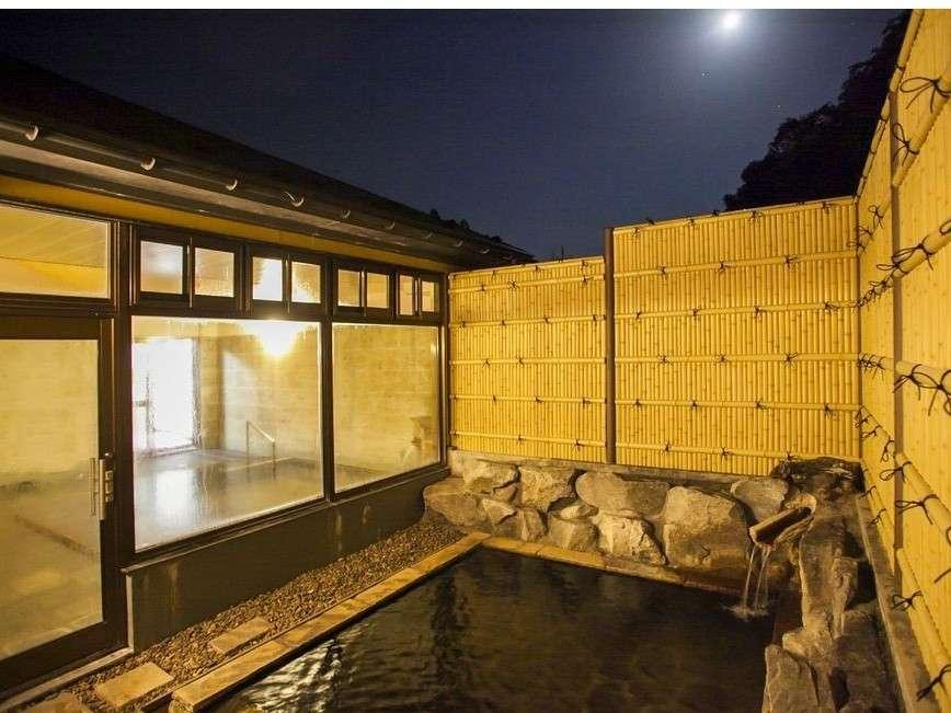 月夜の露天風呂。星空も眺められる