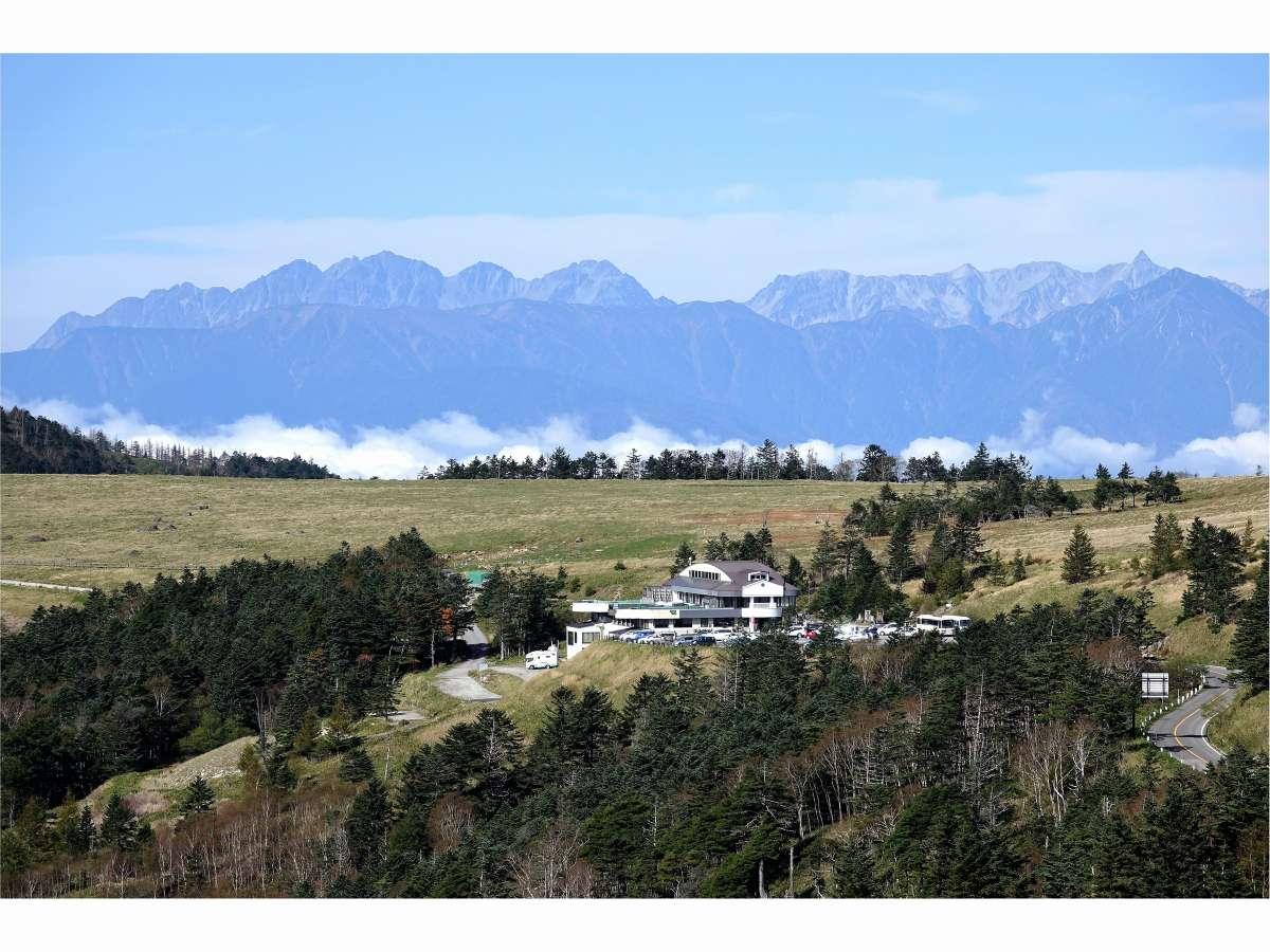 北アルプス連峰を望む美ヶ原高原のふる里館全景