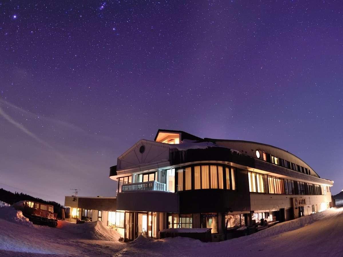 星空に包まれた冬のふる里館全景