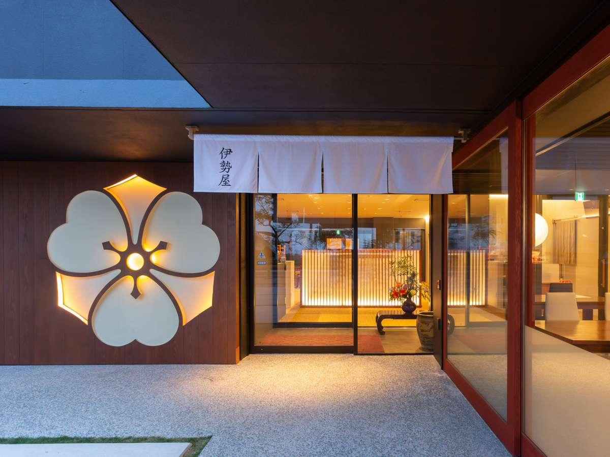 家紋である「剣片喰(けんかたばみ)」が大きくあしらわれた玄関。温かい光が旅の疲れを癒やします。