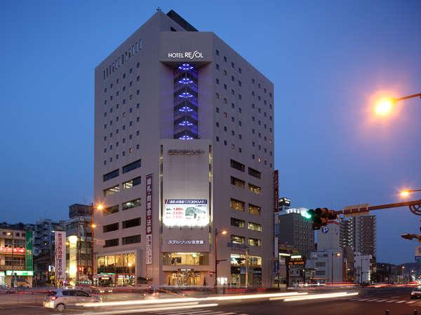 【ホテル外観夜】お部屋は全て8階以上。一部の客室からは佐世保港も見渡せます。ブルーのLEDが目印!