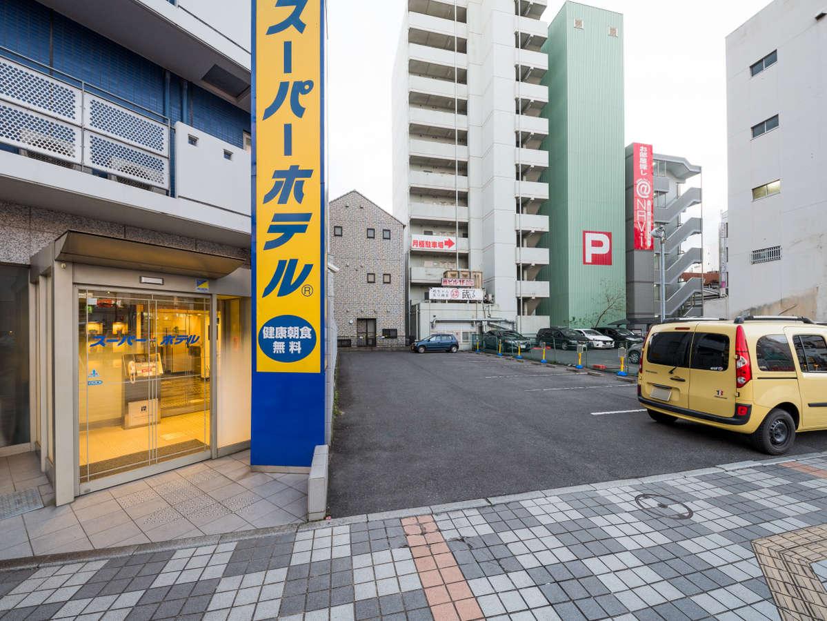 駐車場は電話予約制で8台分、ホテルに隣接しております。