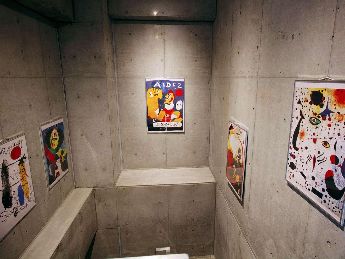 館内にはアートポスターの展示スペースがあります。