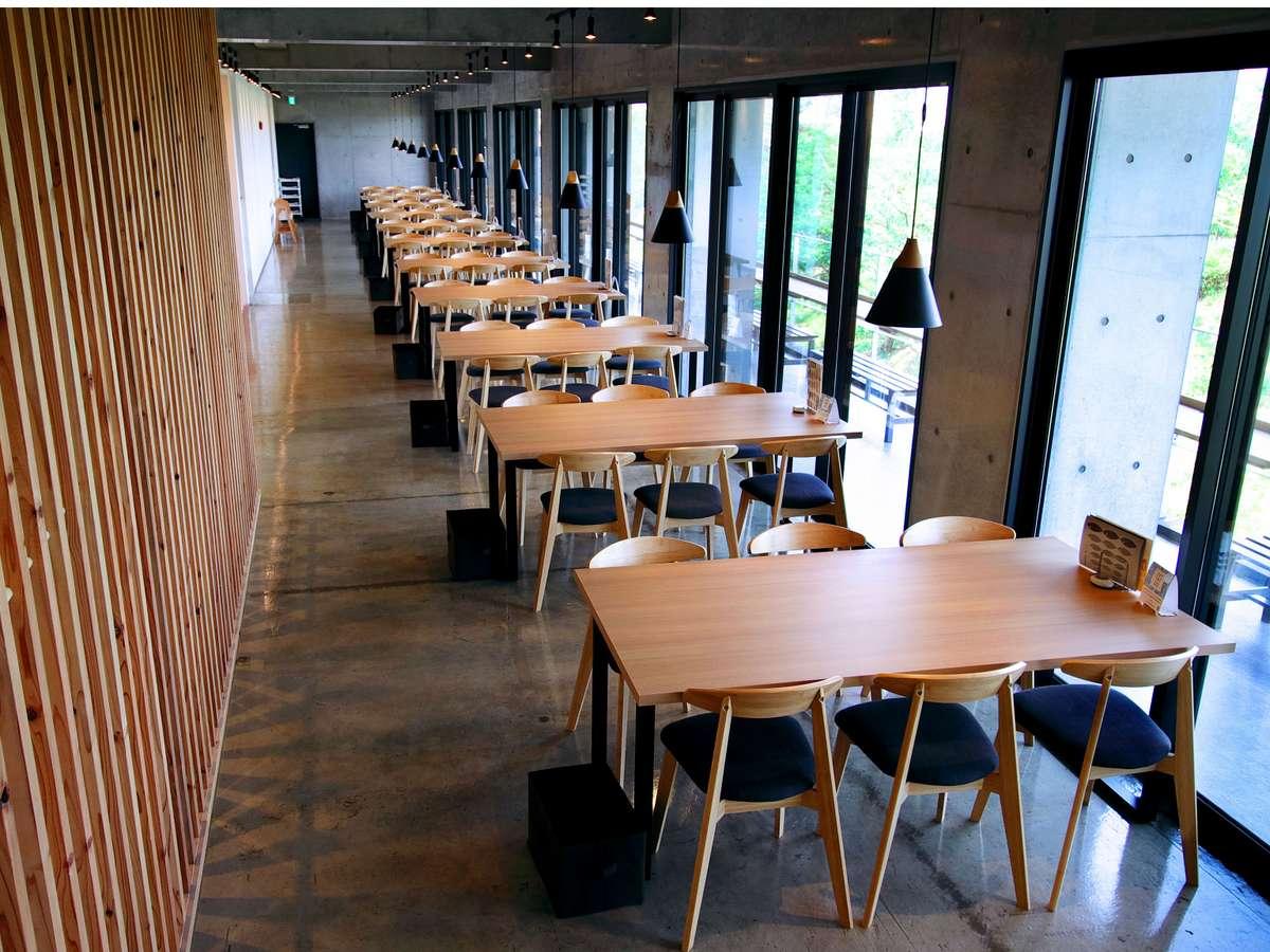 レストランでは新鮮な海鮮料理が提供されます。