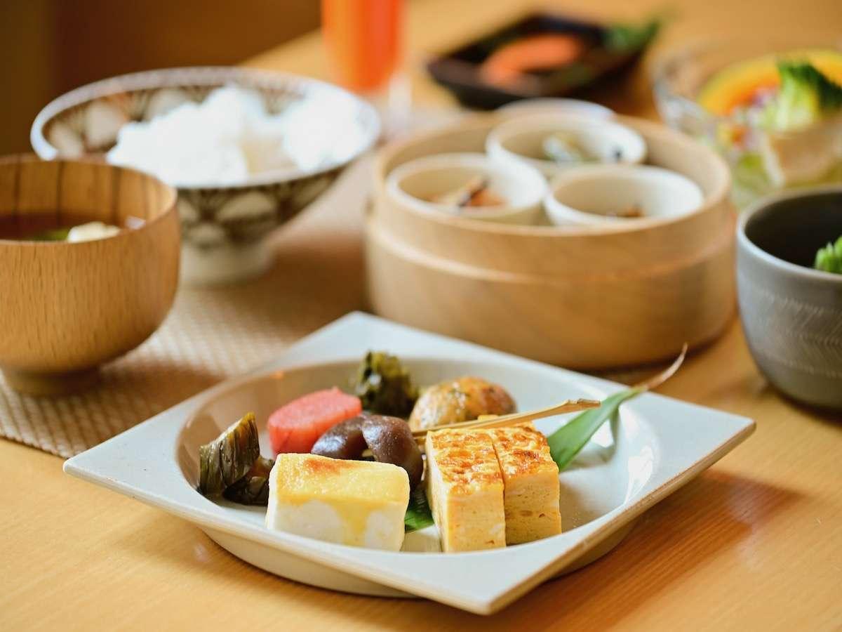 朝からご飯のすすむ、地元食材を中心に使った和食の惣菜が並びます